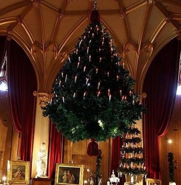 Έτσι στόλιζαν το χριστουγεννιάτικο δένδρο πριν από περίπου 1000 χρόνια στην Βόρεια Ευρώπη. Κρεμόταν από την οροφή με την βοήθεια των πολυελαίων