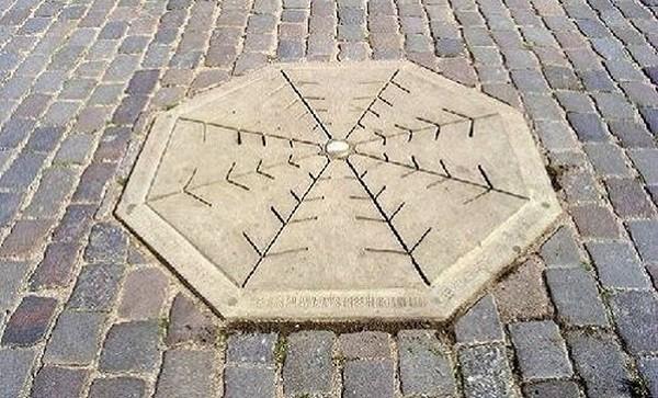 Το σημείο όπου λέγεται ότι στολίστηκε το πρώτο χριστουγεννιάτικο δένδρο, το 1510. Βρίσκεται στην πόλη Ρίγα της Λετονίας
