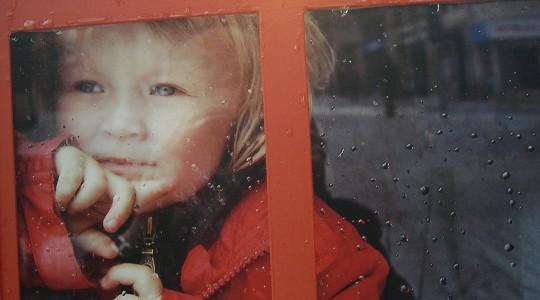 """Η θλίψη """"κυκλοφορεί' στους δρόμους μαζί με τις χριστουγεννιάτικες επιγραφές"""