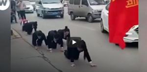 Κίνα: Υποχρέωσαν τους υπαλλήλους να μπουσουλάνε στα τέσσερα δημόσια επειδή δεν έπιασαν τους στόχους